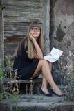 Muchacha hermosa y una colección de poemas Fotografía de archivo libre de regalías