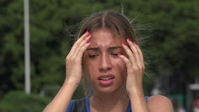 Muchacha hispánica adolescente nerviosa almacen de video