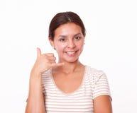 Muchacha hispánica alegre con gesto de la llamada Foto de archivo libre de regalías