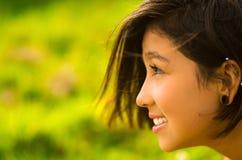 Muchacha hispánica bastante adolescente del perfil del Headshot con Fotografía de archivo