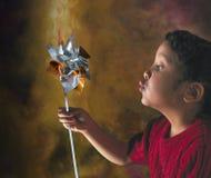 Muchacha hispánica con el molinillo de viento Fotografía de archivo
