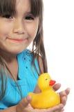 Muchacha hispánica con el pato del juguete imagenes de archivo