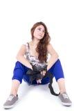 Muchacha hispánica joven que se sienta en el piso Foto de archivo