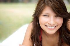 Muchacha hispánica joven que sonríe afuera Imagen de archivo