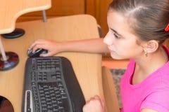 Muchacha hispánica joven que trabaja en un ordenador Imagenes de archivo