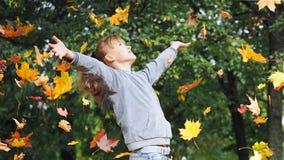 Muchacha, hojas de otoño Foto de archivo libre de regalías
