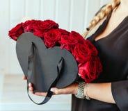 Muchacha hollding arreglos hermosos de las rosas Imágenes de archivo libres de regalías