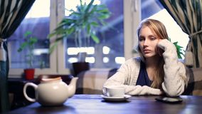 Muchacha impaciente que espera a su novio en café metrajes