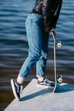 Muchacha impresionante del skater con el monopatín al aire libre en el skatepark Skatebord en la ciudad, calle Tenager fresco, di Fotografía de archivo libre de regalías