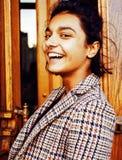 Muchacha india adolescente del estudiante bonito joven en la sonrisa feliz de las puertas, Imagenes de archivo