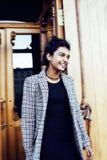 Muchacha india adolescente del estudiante bonito joven en la sonrisa feliz de las puertas, Imágenes de archivo libres de regalías