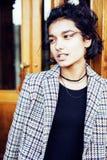 Muchacha india adolescente del estudiante bonito joven en la sonrisa feliz de las puertas, Imagen de archivo