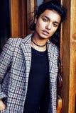 Muchacha india adolescente del estudiante bonito joven en la sonrisa feliz de las puertas, Fotos de archivo