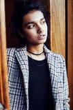 Muchacha india adolescente del estudiante bonito joven en la sonrisa feliz de las puertas, Fotografía de archivo libre de regalías
