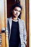 Muchacha india adolescente del estudiante bonito joven en la sonrisa feliz de las puertas, Imagen de archivo libre de regalías