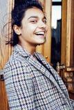 Muchacha india adolescente del estudiante bonito joven en las puertas sonrisa feliz, divirtiéndose, concepto de la gente de la fo Imagenes de archivo