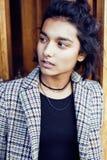 Muchacha india adolescente del estudiante bonito joven en las puertas sonrisa feliz, divirtiéndose, concepto de la gente de la fo Foto de archivo libre de regalías