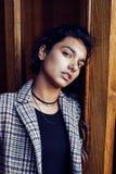 Muchacha india adolescente del estudiante bonito joven en las puertas sonrisa feliz, divirtiéndose, concepto de la gente de la fo Imagen de archivo libre de regalías
