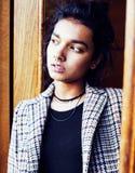 Muchacha india adolescente del estudiante bonito joven en las puertas sonrisa feliz, divirtiéndose, concepto de la gente de la fo Fotografía de archivo