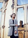 Muchacha india adolescente del estudiante bonito joven en las puertas sonrisa feliz, divirtiéndose, concepto de la gente de la fo Fotos de archivo libres de regalías