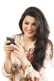 Muchacha india atractiva que usa su teléfono celular. Imagen de archivo