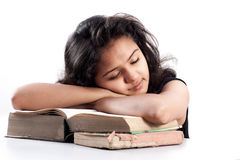 Muchacha india cansada y que duerme con los libros Imagen de archivo libre de regalías