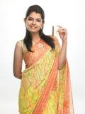 Muchacha india con de la tarjeta de crédito Imagenes de archivo