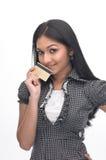 Muchacha india con de la tarjeta de crédito Foto de archivo libre de regalías