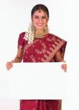 Muchacha india con el cartel blanco Imagenes de archivo