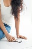 Muchacha india con el teléfono elegante móvil 2 Imagen de archivo libre de regalías