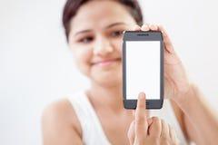 Muchacha india con el teléfono elegante móvil 5 Imágenes de archivo libres de regalías