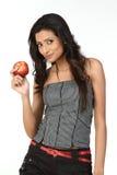 Muchacha india con la manzana roja Imagen de archivo