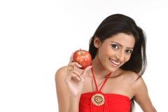 Muchacha india con la manzana roja Foto de archivo libre de regalías