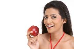 Muchacha india con la manzana roja Imagenes de archivo