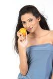 Muchacha india con la naranja jugosa fresca Fotografía de archivo