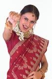 Muchacha india con la sari de seda que dice abajo abajo Fotografía de archivo libre de regalías