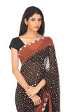 Muchacha india con la sari negra Imagenes de archivo