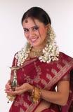 Muchacha india con la sari que sostiene la lámpara Fotos de archivo