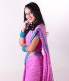 Muchacha india con la sari rosada en la posición derecha Fotos de archivo