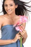 Muchacha india con las flores de la margarita Foto de archivo libre de regalías