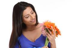 Muchacha india con las flores de la margarita anaranjada Foto de archivo libre de regalías