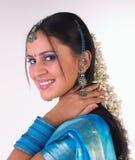 Muchacha india con las flores del jazmín Imagen de archivo