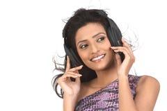 Muchacha india con los teléfonos principales Imagen de archivo libre de regalías