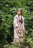 Muchacha india con un arco en su mano, en el bosque Imagen de archivo