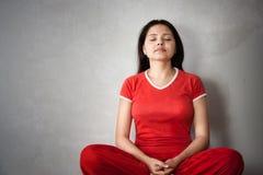 Muchacha india de la yoga en alineada roja imagenes de archivo