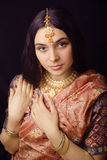 Muchacha india dulce de la belleza en la sonrisa de la sari Imágenes de archivo libres de regalías