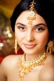 Muchacha india dulce de la belleza en la sonrisa de la sari Foto de archivo
