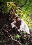 Muchacha india en el bosque que coloca el árbol cercano fotos de archivo libres de regalías