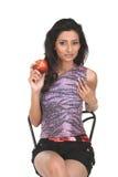Muchacha india en la silla que sostiene la manzana roja Imagen de archivo libre de regalías
