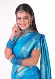 Muchacha india en sari con la expresión de pensamiento Fotografía de archivo